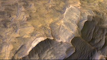 NASA Orbiter Spots Beautiful Sandstone Layers on Mars