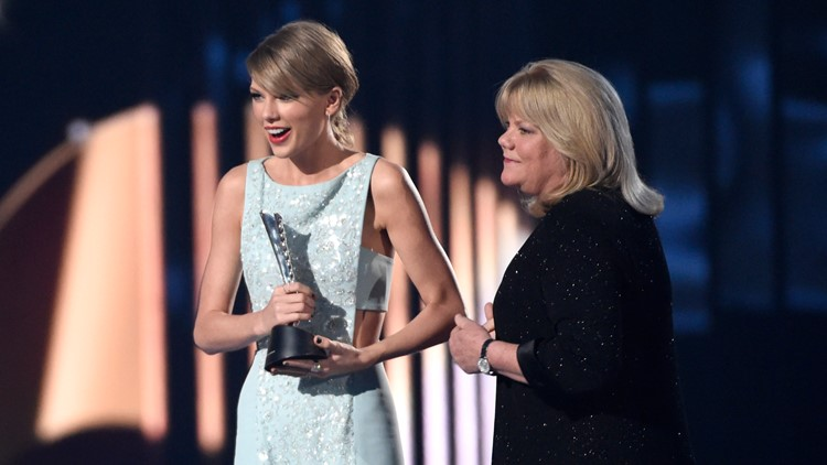 Taylor Swift and her mom AP April 2015