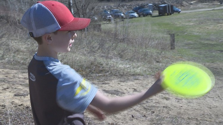 Pros paying attention to young disc golfer from Rochester