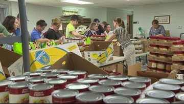 Teenagers volunteer to help the hungry